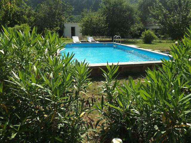 Lovely cottage, pool, AC, quiet garden, close town