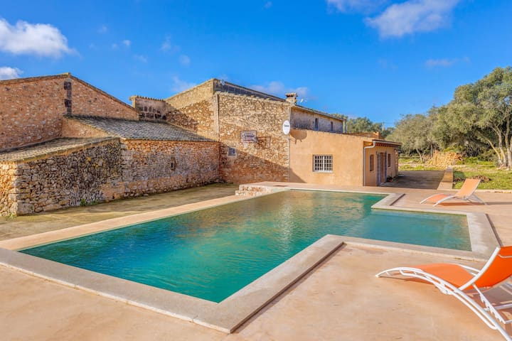 Charming Holiday Home Vernissa with Wi-Fi, Garden, Terrace & Pool; Parking Available