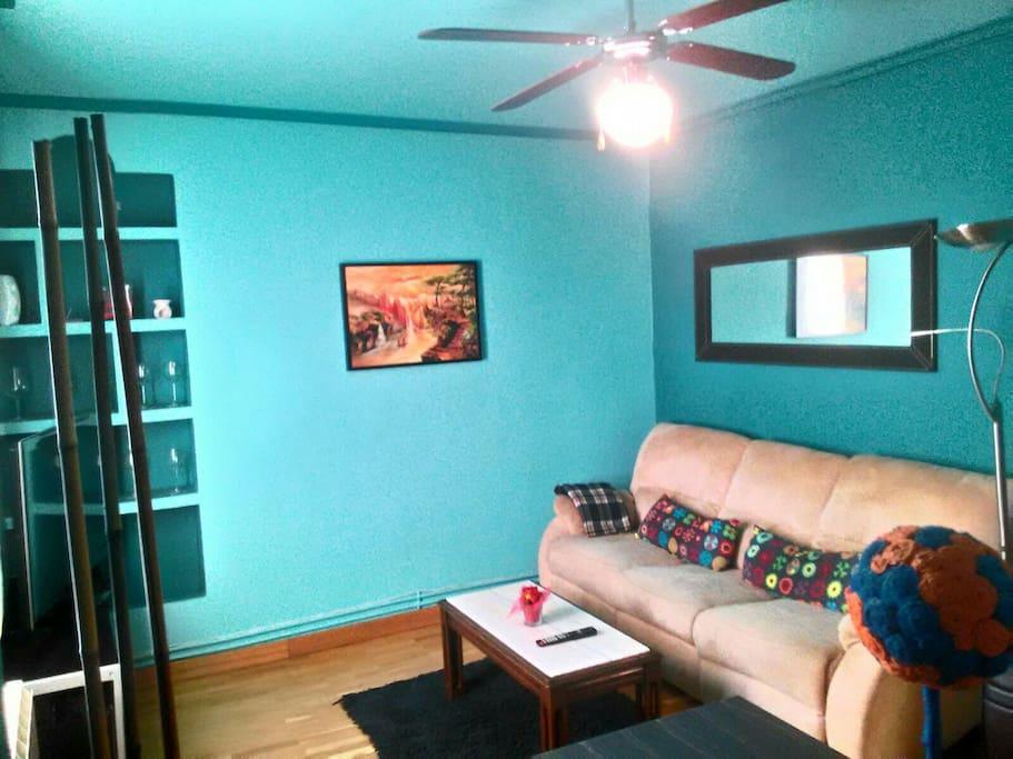 Salón con sofá reclinable