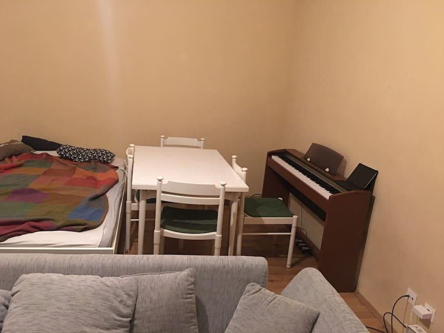 Piano , Table