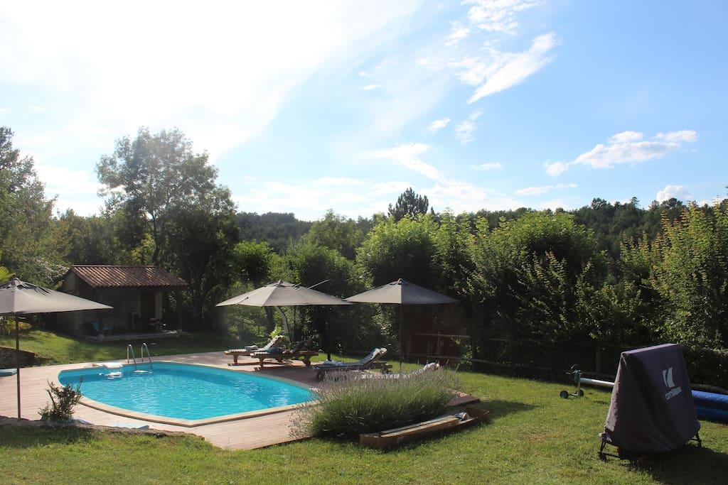 La pool house au fond est un  lieu de repos à l'ombre