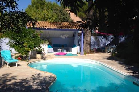 Romantique maison bleue, Provence - Saint-Mitre-les-Remparts