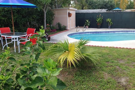 SEAHORSE VILLA with private outdoor HEATED pool