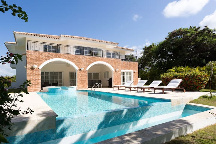 Beautiful 5 Bedroom Villa with Pool & Maid - Punta Cana - Villa