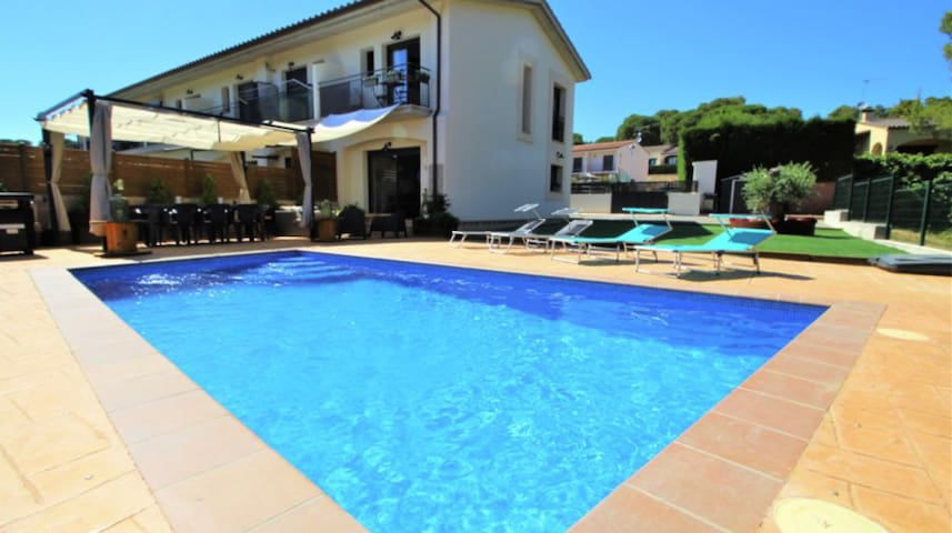 House with private pool, air-conditioning and BBQ