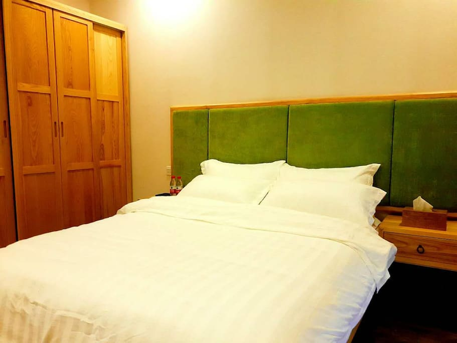 舒适的双人床以及实木衣柜