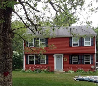 Large, sunny colonial-2 private rooms, sleeps 4 - Plymouth - Maison
