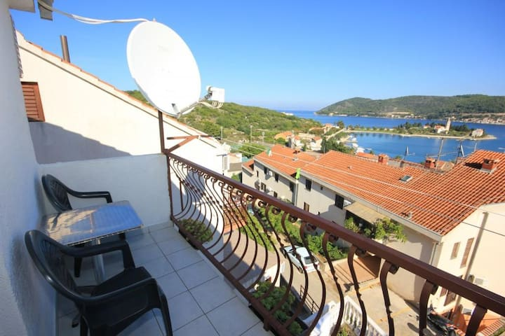 Studio flat with balcony and sea view Vis (AS-8869-a)