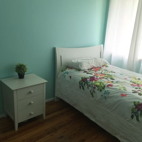 Lovely room , close to Parramatta - Northmead - House