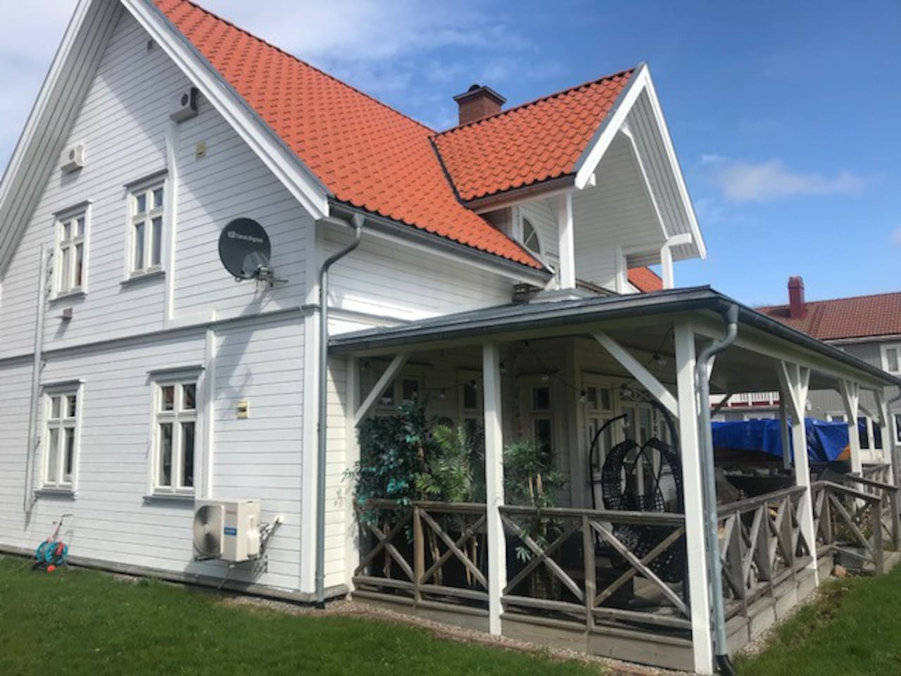 Apartment on the 2nd floor with its own loft and veranda. 4 min. walk to beach.