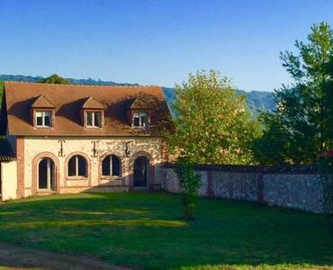 Une longère normande au sein d'un corps de ferme - Bernières-sur-Seine