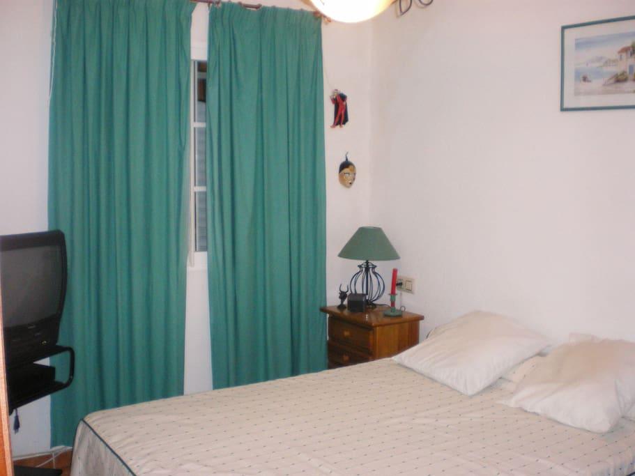 Une des deux chambres avec lit de 140