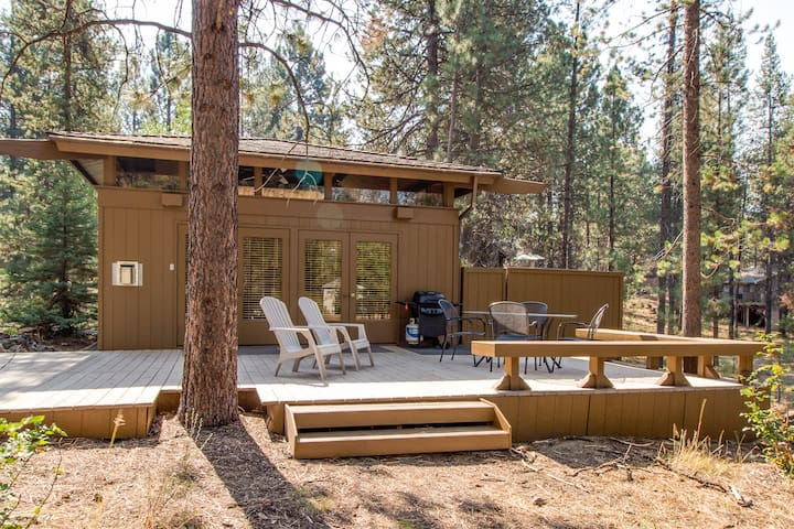 Cozy 2 Bedroom Cabin, Short Walk to Sunriver Village & Starbucks - COYO20| Sleeps: 2 Bedroom, 1 Bathroom
