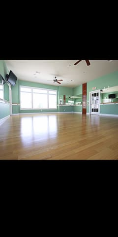 Room for rent in luxury complex all amenites.