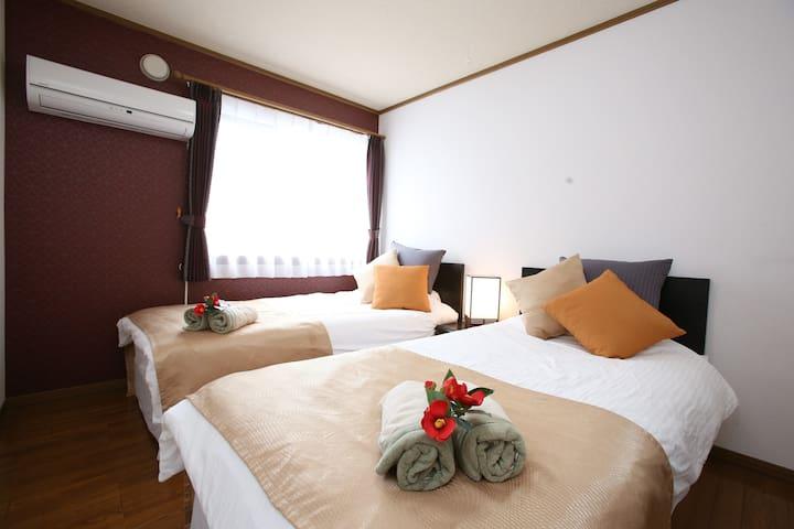 1st bedroom there are 2 single beds/第1间卧室和两张单人床/싱글침대 2 개가 있는 침실
