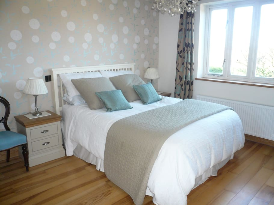 Large rear room with king size bed, TV and en suite shower