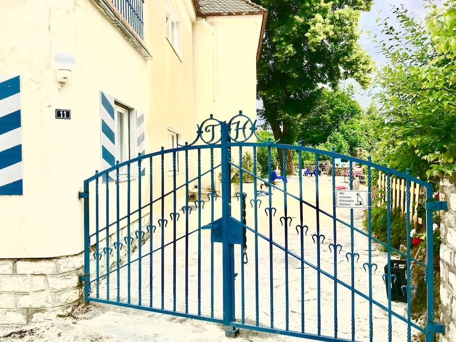 No guest cars are parked inside the courtyard. There are up to four parking spaces available in front of the house.  Two in front of this large blue gate and two more fifteen meters higher in the street, on the same sidewalk as the house.