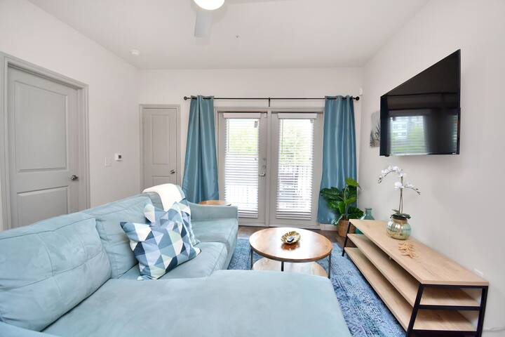 """Oshun Suite"", Luxury one-bedroom near Airport"