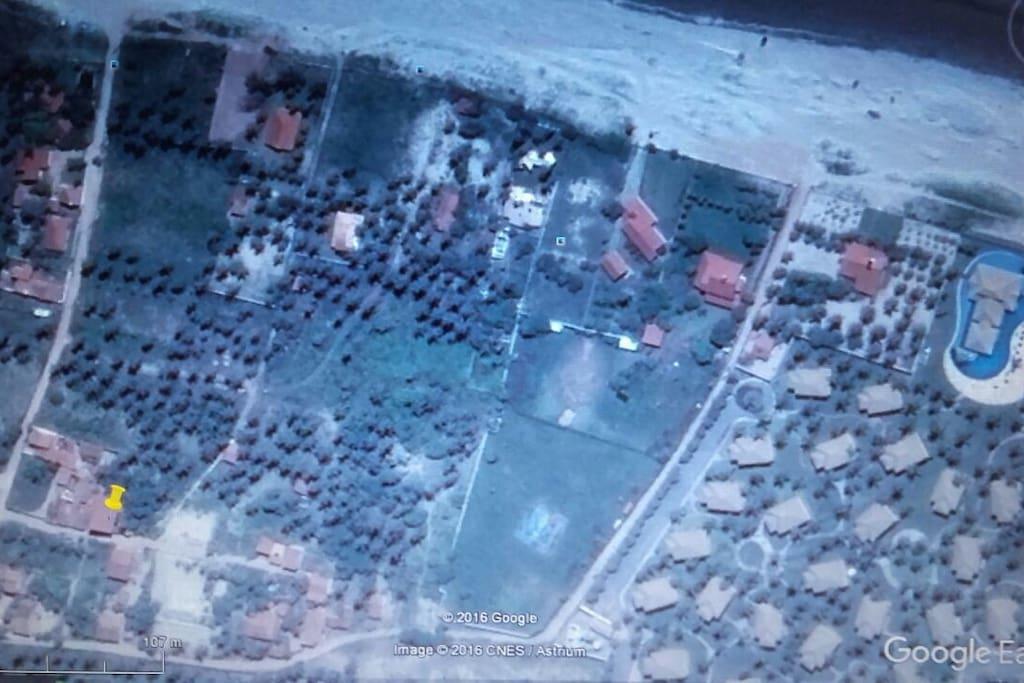 Foto de localização.  Casa marcada em amarelo.  Praia e mar a 90 metros.