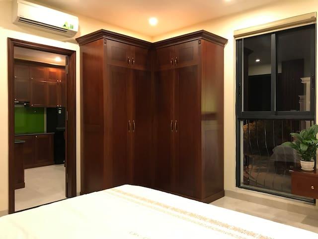 Tủ áo quận rộng và được thiết kế tự gỗ tự nhiên sang trọng