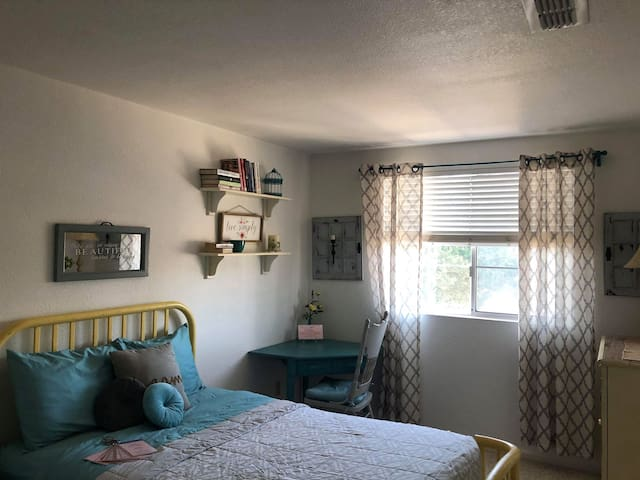 Perfect Roseville Location -Private Double Bed