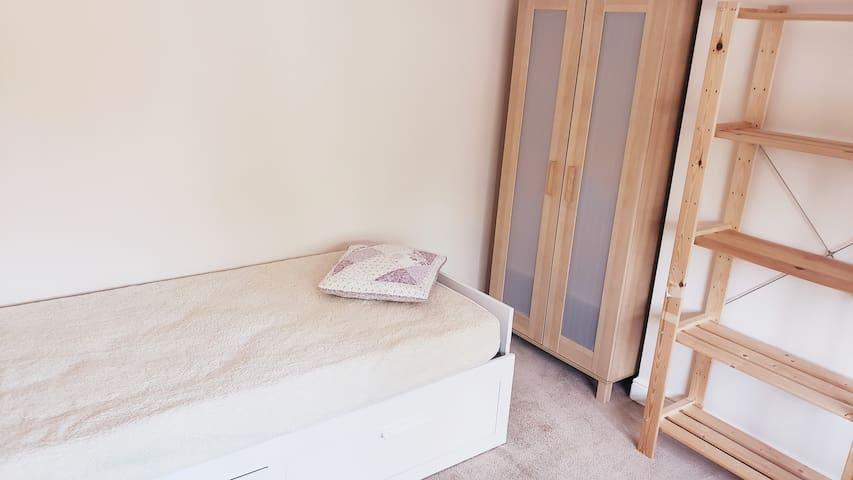 Super spacious room with single bed