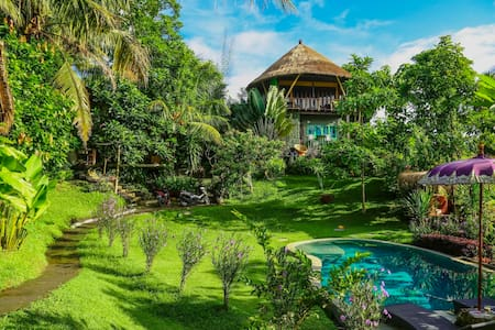 BALIAN TREEHOUSE w beautiful pool