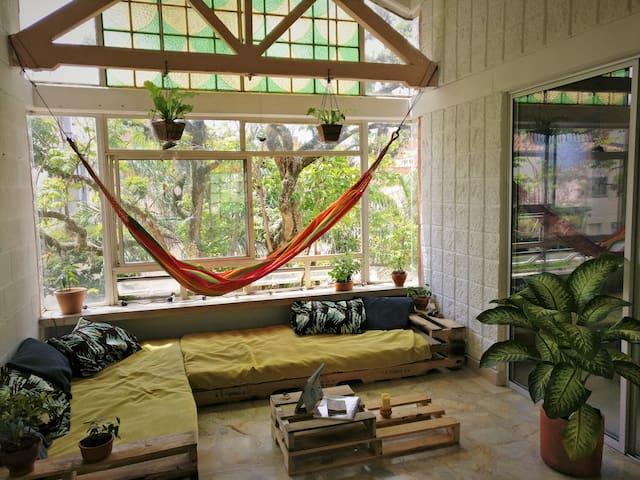 Gran habitación en nuestra casa en el árbol