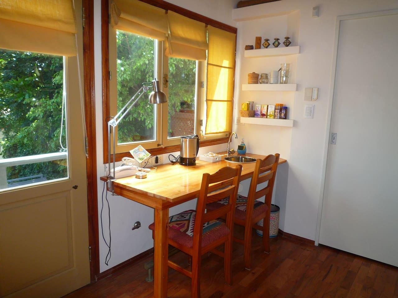 mesa donde puedes desayunar, contemplar el jardín, reflexionar, compartir una linda charla...