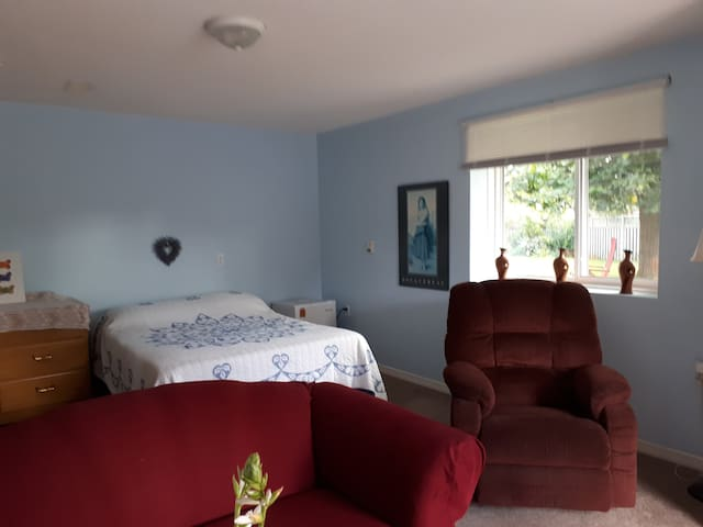 Comfortable & private  10 min to west end kingston
