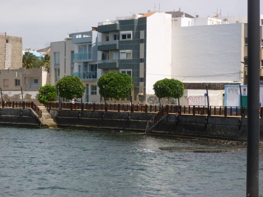The building of the apartment, direct acces to the sea