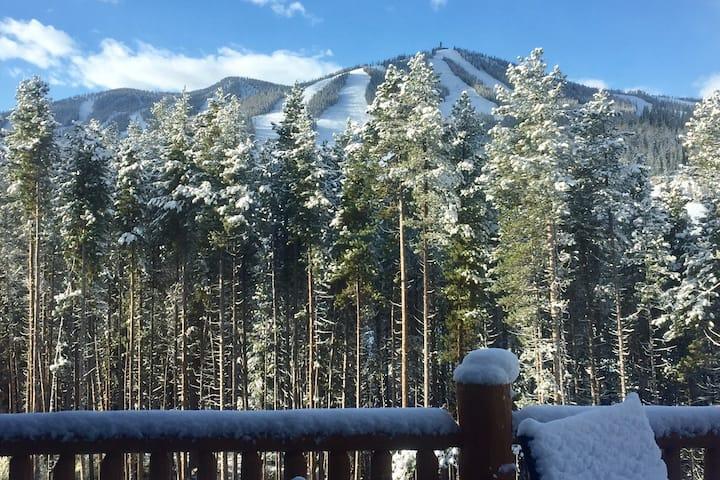 Cozy Mountain Retreat w/ Stunning Views of Slopes