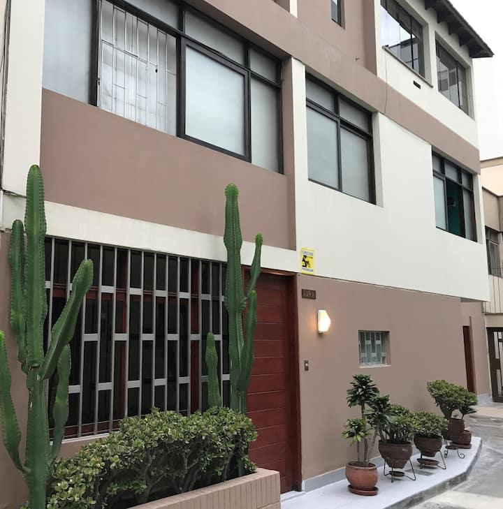 Habitación cómoda en casa de familia en Miraflores