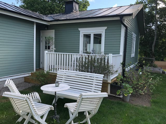 Lovely little house with garden 15 min from center