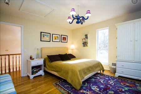 Comfortable & clean bedroom in quiet home - Sag Harbor