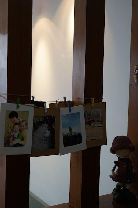 进门小玄关的照片记录了我们的足迹,希望有一天添上您的