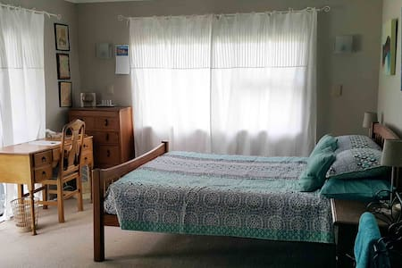 MARCH SPECIAL-Spacious room outside entrance - Hastings - Bed & Breakfast