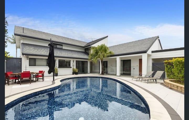★Waterfront Retreat★5 Bed, 5 Bath, Pool, 2km-Beach