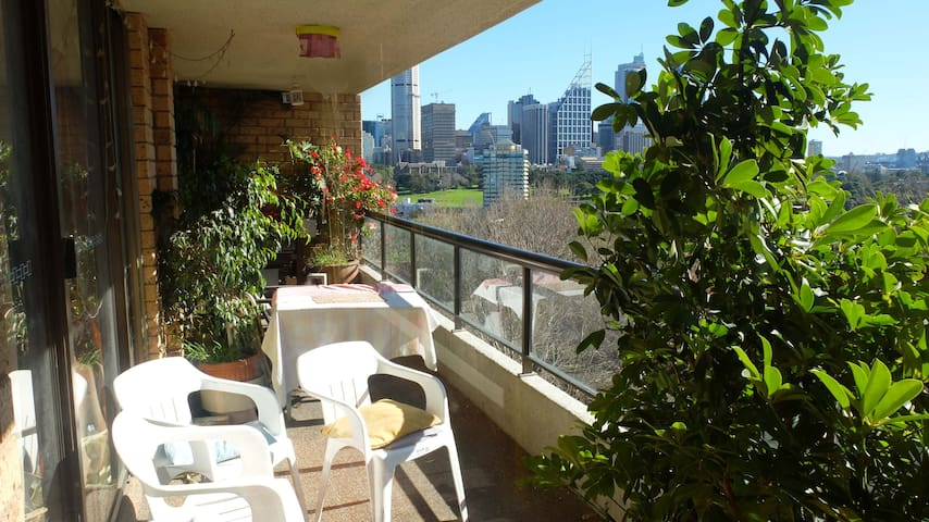 Room/balcony/views/next to station - Potts Point - Apartamento