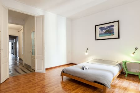 Spacious, clean room in city centre - Barcelona