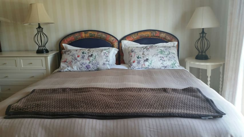 Beautiful comfy Queen/2singles bedroom w/en suite.