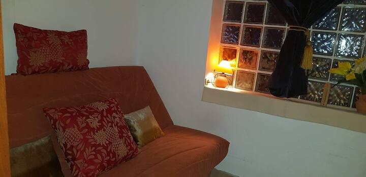 Petite chambre équipée dans pavillon