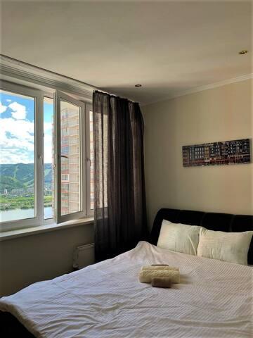 просторная  спальня с видом на Енисей
