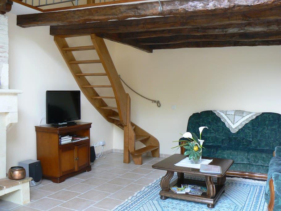 Le salon avec 2 canapés TV,Cheminée,Mezzanine