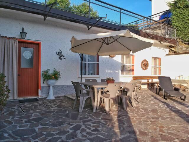 Vista dall'esterno dell'appartamento e spazio dedicato agli ospiti.
