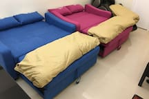 The 2 Double Sofabeds could be easily transformed be Double Beds, and the OSIM Massage Chair also provides good sleeping bedding, max to stay upto 5 guests in Living room overnight! 大厅的两套双人梳化可轻易变身为两张全尺寸双人床,加上OSIM按摩椅的全躺模式,大厅可作为最多5人睡眠区