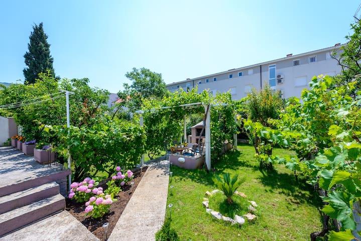 Apartment Ella I Parking & Garden & BBQ I