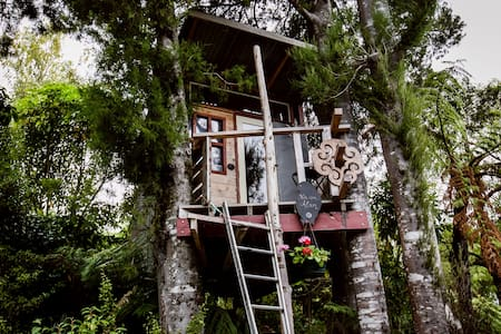 The Treehouse!! (yes, it's warm!) - Upper Hutt - Treehouse