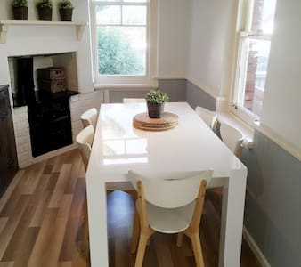 HAMPTONS STYLE HOME/ SLEEPS 8/ FREE WIFI & NETFLIX - Claremont