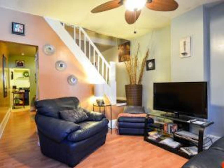 """Nice living room with 40"""" TV, Cable, Couches and Ceiling fan"""